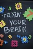 Utbilda din hjärninskrift på en svart tavla fotografering för bildbyråer