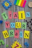 Utbilda din hjärninskrift på en träbakgrund fotografering för bildbyråer