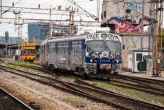 Utbilda flyttningen ut ur en station som täckas i grafitti i Zagreb, Cro Royaltyfri Bild