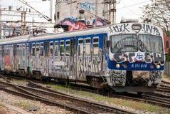 Utbilda flyttningen ut ur en station som täckas i grafitti i Zagreb, Cro Arkivfoton