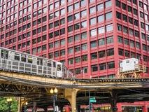 Utbilda på högstämda spår inom byggnader på den öglas-, exponeringsglas- och stålbron mellan byggnader Fotografering för Bildbyråer