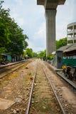 Utbilda på järnvägspår nära Phayathai, Bangkok Arkivfoto