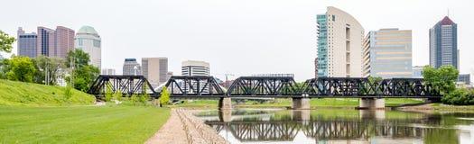 Utbilda spår över floden och den Columbus Ohio horisonten royaltyfria foton