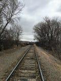 Utbilda spår som leder till den stora Sioux River i Sioux Falls South Dakota med sikter av djurliv, fördärvar, parkerar banor, dr royaltyfria foton