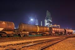 Utbilda vagnar på en raffinaderi på natten, port av Antwerp, Belgien arkivfoton