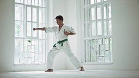 Utbildande karate för man över vit fönsterbakgrund lager videofilmer