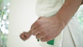 Utbildande karate för man över vit fönsterbakgrund stock video