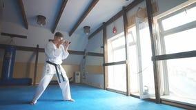 Utbildande karate för man i idrottshall stock video