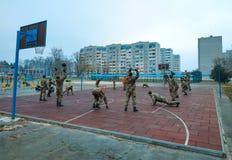 utbildande militära soldater på sportstadionUkraina övningar royaltyfri foto
