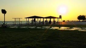 Utbildande område för offentlig sport nära sjösidan arkivfilmer