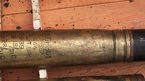 Utbildande pansarvärns- missil i en träask stock video