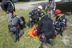 utbildande räddningsaktionfolk som begravas i spillror av byggnader Arkivbilder