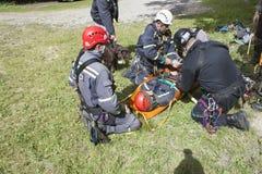 utbildande räddningsaktionfolk som begravas i spillror av byggnader Royaltyfri Bild