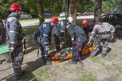 utbildande räddningsaktionfolk som begravas i spillror av byggnader Royaltyfria Foton