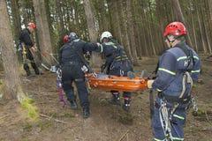 utbildande räddningsaktionfolk som begravas i spillror av byggnader Fotografering för Bildbyråer