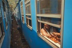 Utbildar det väntande på startloppet för den höga kvinnan förbi blått på järnvägsstation royaltyfri fotografi