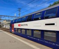 Utbildar schweiziska federala järnvägar på en plattform av den Aarau railwaen Royaltyfri Bild