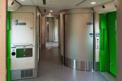 Utbildar tillgängliga toaletter för rullstol och utrymme som kan användas till mycket i H5 Arkivfoto