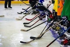 Utbildning av unga idrottsmän, många klubbor och arkivfoton