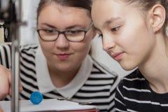 Utbildning barn, teknologi, unge med printe 3d Royaltyfria Foton