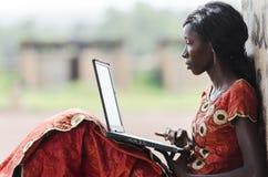 Utbildning för Afrika: Afrikansk kvinna för teknologisymbol som studerar L royaltyfri foto