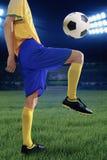 Utbildning för fotbollspelare som kontrollerar bollen Arkivfoton