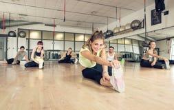 Utbildning för konditiongruppdanande i idrottshallen Royaltyfri Bild