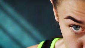 Utbildning för kvinna för boxning för Closeupstående som härlig ung stansar i idrottshall i ultrarapid arkivfilmer