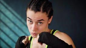 Utbildning för kvinna för boxning för Closeupstående som härlig ung stansar i konditionstudio stock video