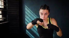 Utbildning för kvinna för boxning för Closeupstående som härlig ung stansar i konditionstudio arkivfilmer