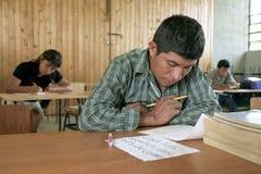 Utbildning för mogna indier i klassrum arkivfoto