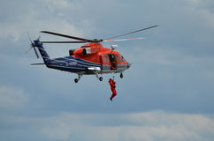 utbildning för räddningsaktion för helikopterman överbord Royaltyfri Foto