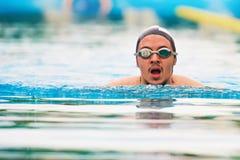 utbildning för simning för manpölbad fotografering för bildbyråer