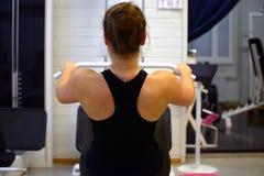 Utbildning för ung kvinna i idrottshall royaltyfria bilder