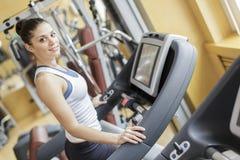 Utbildning för ung kvinna i idrottshallen royaltyfria foton