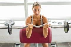 Utbildning för ung kvinna i idrottshallen Royaltyfri Fotografi