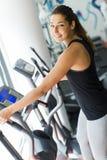 Utbildning för ung kvinna i idrottshallen Arkivfoto