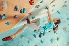 Utbildning för ung kvinna i klättringidrottshall Royaltyfria Foton