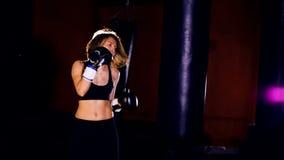 Utbildning för ung kvinna, slowmotion boxning stock video