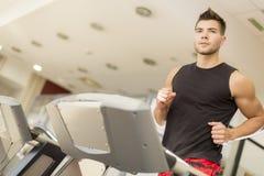 Utbildning för ung man i idrottshall arkivbild