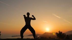 Utbildning för ung man på solnedgång lager videofilmer