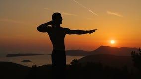 Utbildning för ung man på solnedgång arkivfilmer