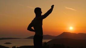 Utbildning för ung man på solnedgång stock video