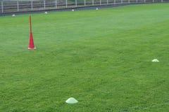 Utbildning för yrkesmässig fotboll med hattar och bollar arkivbilder