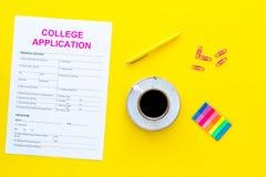 utbildning higher Högskolaansökningsblankett som är klar att fylla nära kaffekoppen och brevpapper på bästa sikt för gul bakgrund fotografering för bildbyråer