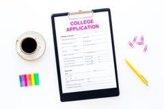 utbildning higher Högskolaansökningsblankett som är klar att fylla nära kaffekoppen och brevpapper på bästa sikt för vit bakgrund royaltyfria bilder