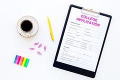 utbildning higher Högskolaansökningsblankett som är klar att fylla nära kaffekoppen och brevpapper på bästa sikt för vit bakgrund royaltyfri bild