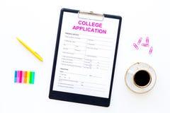 utbildning higher Högskolaansökningsblankett som är klar att fylla nära kaffekoppen och brevpapper på bästa sikt för vit bakgrund royaltyfri fotografi