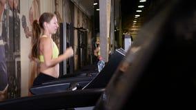 Utbildning inomhus Yong yrkesmässig kvinnlig instruktör som gör cardio övningar i idrottshall 4K stock video