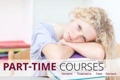 Utbildning och deltids- kurser smsar och kvinnan som ligger på böcker Royaltyfri Foto